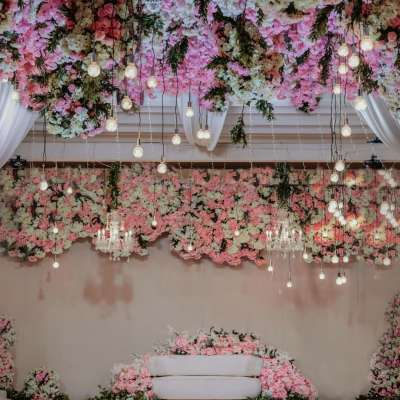 حفل زفاف مزين بالأزهار الوردية في الدوحة