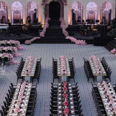حفل زفاف باللون الوردي في الهواء الطلق في الأردن