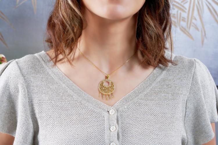 Gold pendant by Liali