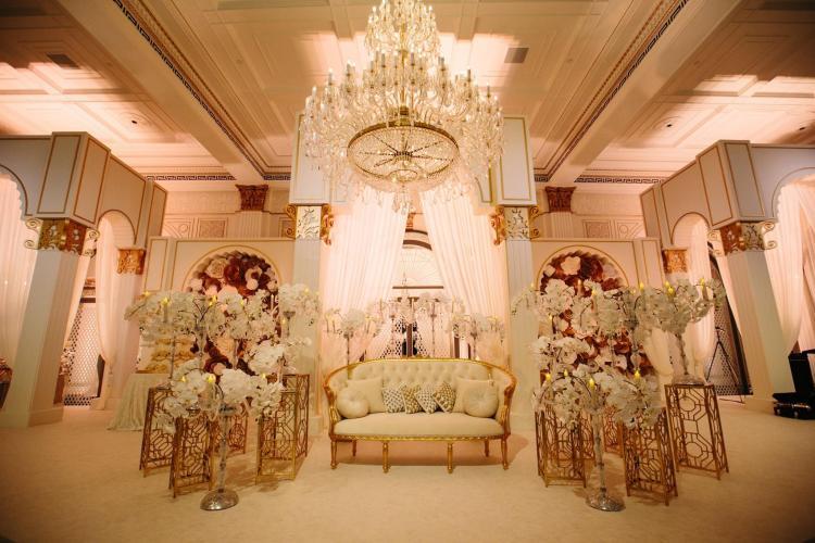 كوشة عروس باللونين الأبيض والذهبي
