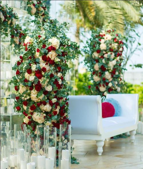 كوشة مزينة بالأزهار الحمراء