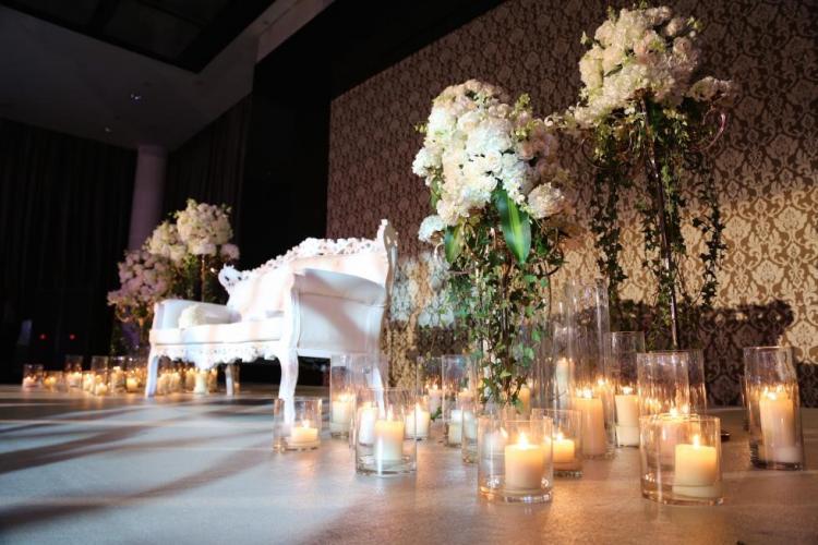 كوشة عروس مزينة بالشموع