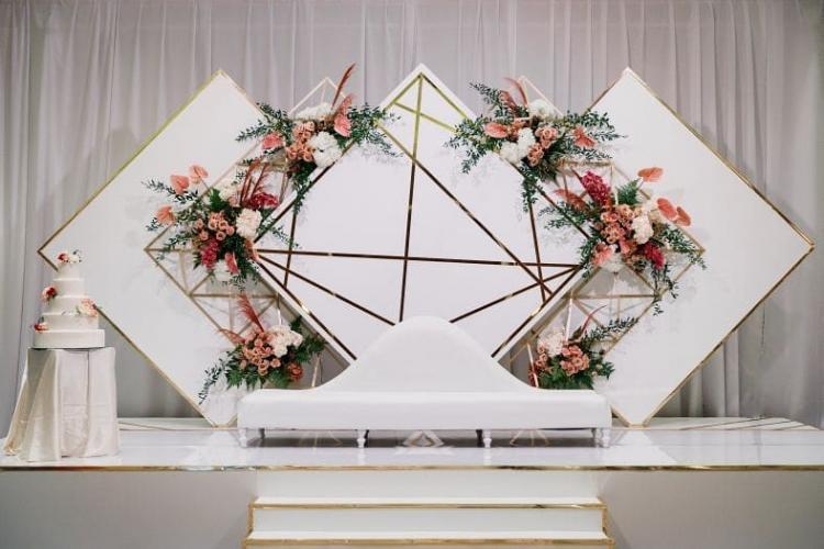 كوشة عروس ذات ديكورات هندسية